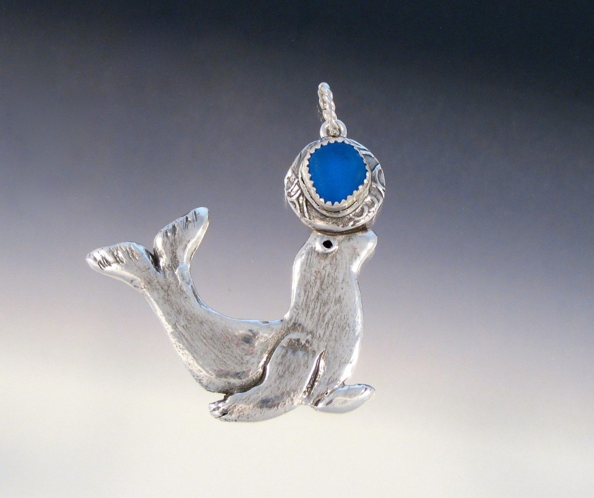 Winning Pendant #1000 - Seal holding a ball (large view)