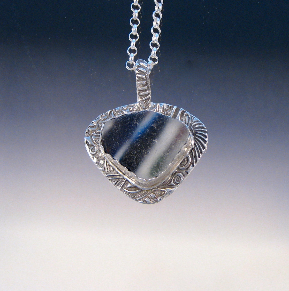P4937 - Striped flashed glass pendant (large view)