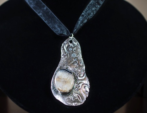 Agate set in free form silver pendant