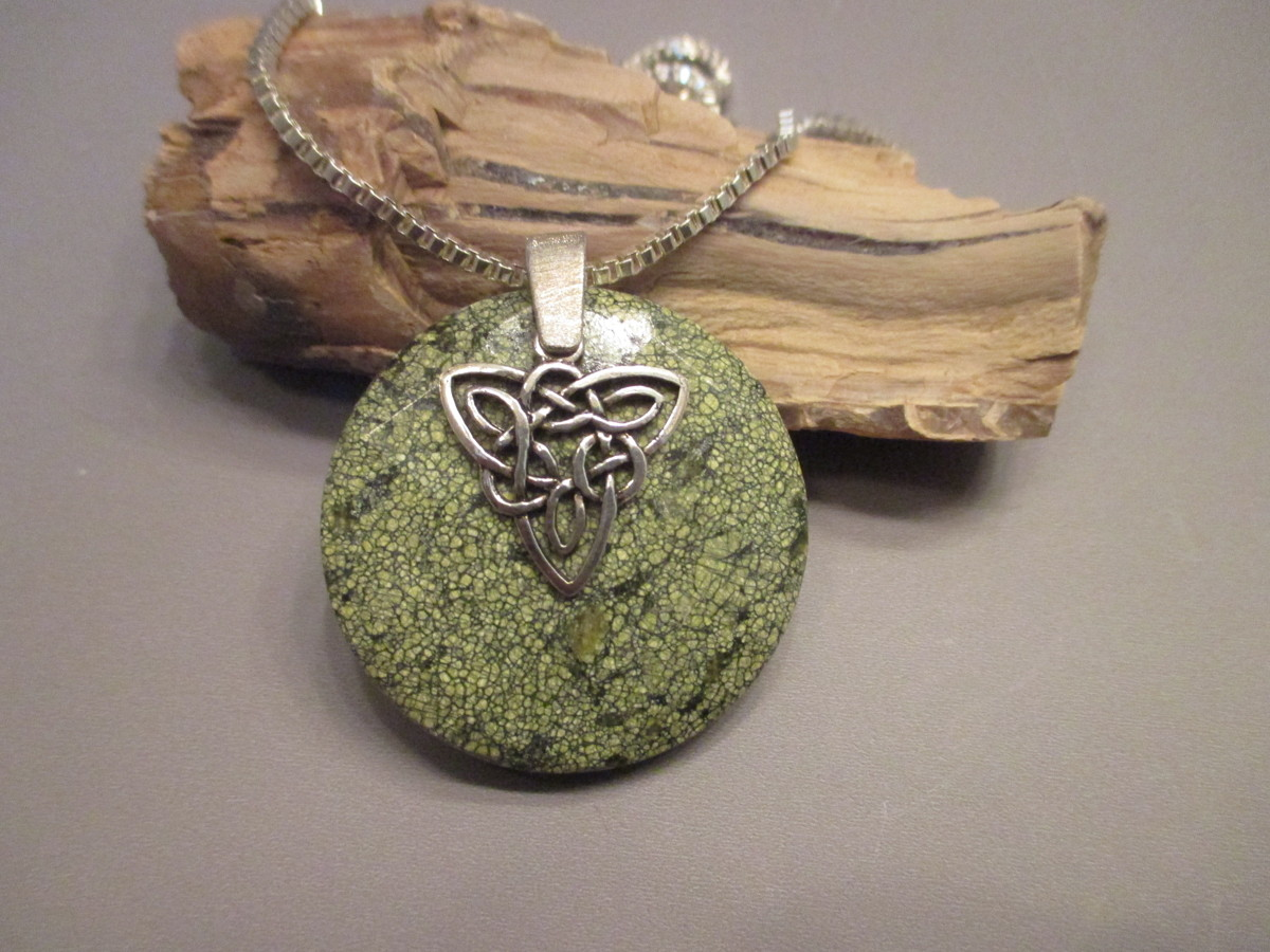 Sepentine Celtic Necklace (large view)