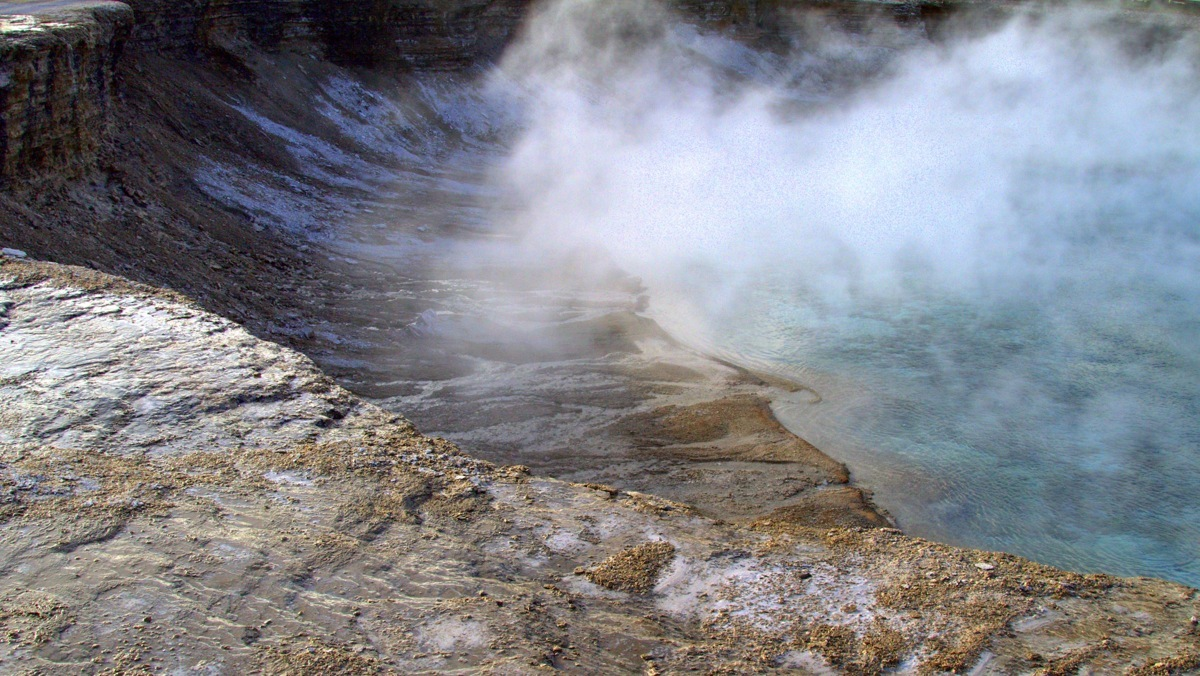 Yellowstone spring (large view)