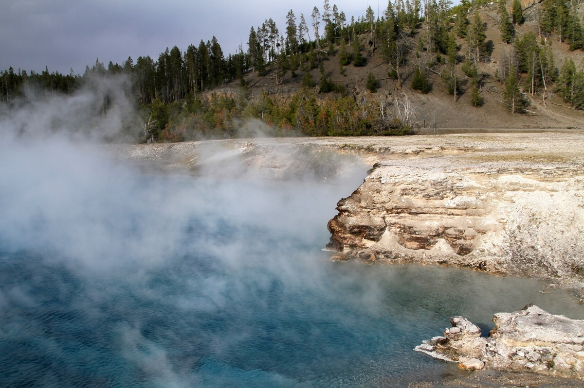 Blue spring in Yellowstone (large view)