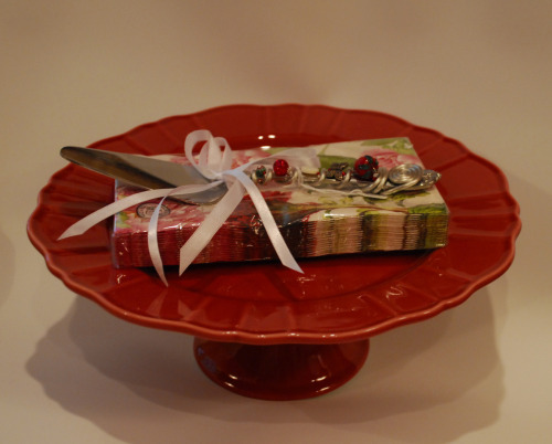 EXAMPLE OF A CAKE/DESERT PLATE, NAPKINS AND BEADED PIE SERVER