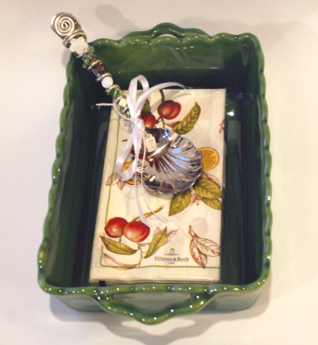 CASSEROLE SERVER WITH COMPLIMENTARY NAPKINS AND GLASS BEADED SERVER