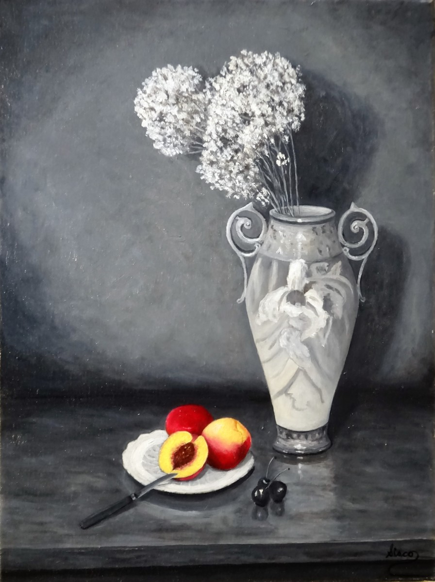 Vase and colorful peaches (large view)